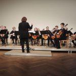 """Barbara Pommerenke mit ihrem schottischen Jugendensemble """"ManGO"""" (© Dr. H. Kolland, LMR Berlin)"""