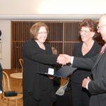 Die Verdienstmedaille in Bronze  an Eveline Tonke und Prof. Joël Betton